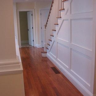 ボストンの中くらいの木のトラディショナルスタイルのおしゃれな直階段 (フローリングの蹴込み板、木材の手すり) の写真