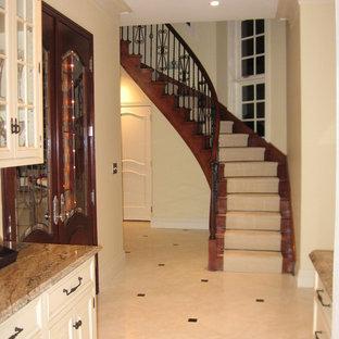 Inspiration för mellanstora medelhavsstil svängda trappor i trä, med sättsteg i trä