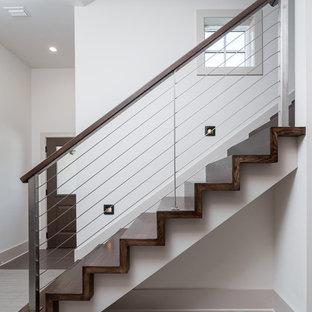 Modelo de escalera recta, actual, grande, con escalones de madera y contrahuellas de madera