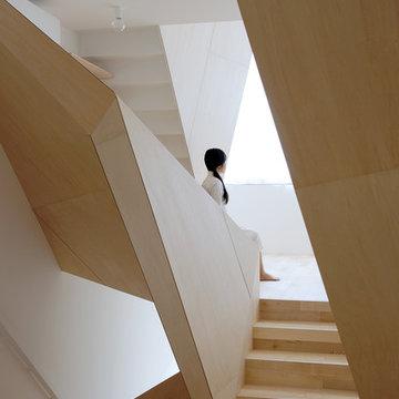 間仕切り壁は光を反射し、影をつくって空間に奥行きをもたらします