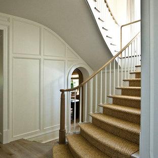 Modelo de escalera en U, tradicional, grande, con escalones de madera, contrahuellas de madera pintada y barandilla de madera