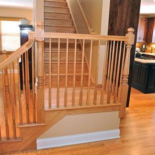 Diseño de escalera en L, clásica, de tamaño medio, con escalones de madera y contrahuellas de madera
