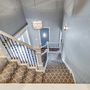 Ejemplo de escalera en U, campestre, de tamaño medio, con escalones enmoquetados y contrahuellas enmoquetadas