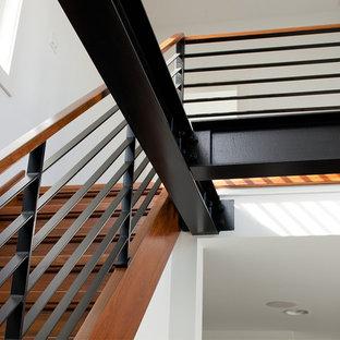 Modelo de escalera recta, contemporánea, pequeña, con escalones de madera, contrahuellas de madera y barandilla de varios materiales