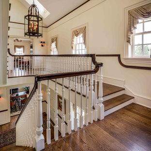 Modelo de escalera recta, clásica, con escalones de madera y contrahuellas de madera pintada
