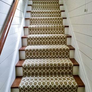 Новый формат декора квартиры: прямая лестница среднего размера в классическом стиле с деревянными ступенями и крашенными деревянными подступенками