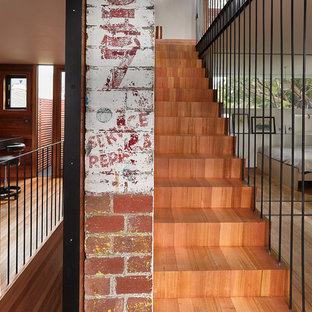 Ejemplo de escalera recta, urbana, pequeña, con escalones de madera y contrahuellas de madera