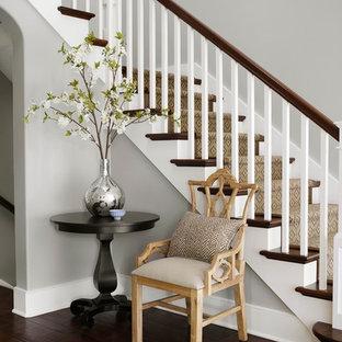 Foto de escalera en L, clásica, con escalones de madera y contrahuellas de madera pintada
