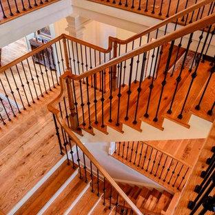 Foto di un'ampia scala sospesa classica con pedata in legno e alzata in legno