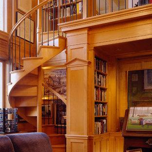 Modelo de escalera de caracol, tradicional, de tamaño medio, con escalones de madera, contrahuellas de madera y barandilla de varios materiales