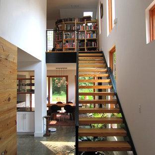 Ejemplo de escalera recta, urbana, pequeña, sin contrahuella, con escalones de madera
