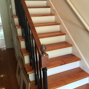 Diseño de escalera recta, clásica renovada, pequeña, con escalones de madera y contrahuellas de madera pintada