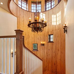 サンタバーバラの広い木のラスティックスタイルのおしゃれなサーキュラー階段 (木の蹴込み板) の写真
