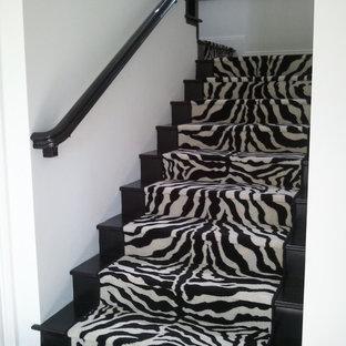 Diseño de escalera en U, bohemia, de tamaño medio, con escalones de madera pintada y contrahuellas de madera pintada