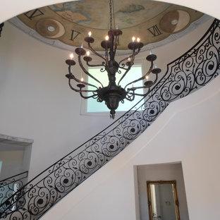 Ejemplo de escalera curva, mediterránea, grande, con escalones con baldosas y contrahuellas con baldosas y/o azulejos