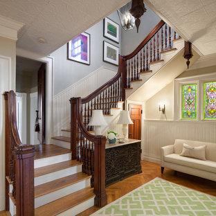 Imagen de escalera clásica con escalones de madera y contrahuellas de madera pintada