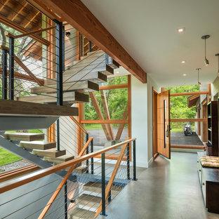 フィラデルフィアの中サイズの木のラスティックスタイルのおしゃれな階段 (ワイヤーの手すり) の写真