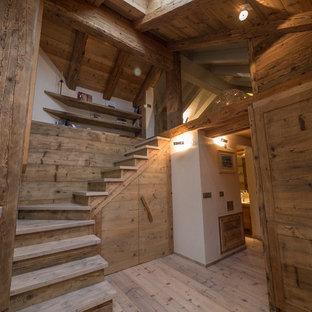 Imagen de escalera rural con escalones de madera y contrahuellas de madera