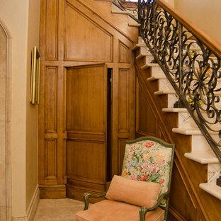 オクラホマシティの地中海スタイルのおしゃれな階段の写真