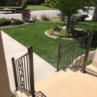 Ejemplo de escalera recta, actual, pequeña, con escalones de hormigón, contrahuellas de hormigón y barandilla de metal