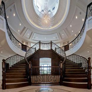 Imagen de escalera curva, clásica, extra grande, con escalones de madera y contrahuellas de madera