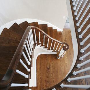 Foto di una scala curva tradizionale di medie dimensioni con pedata in legno e alzata in legno