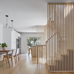 トロントの小さい木の北欧スタイルのおしゃれな階段 (木材の手すり) の写真