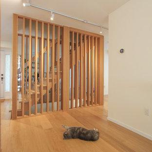 Idee per una piccola scala a rampa dritta scandinava con pedata in legno, alzata in legno e parapetto in legno