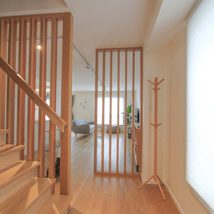 Foto de escalera recta, escandinava, pequeña, con escalones de madera, contrahuellas de madera y barandilla de madera