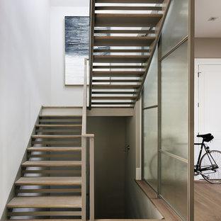 Imagen de escalera en L, clásica renovada, sin contrahuella, con escalones de madera