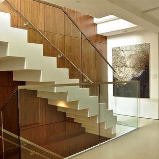 Ejemplo de escalera recta, moderna, con barandilla de vidrio