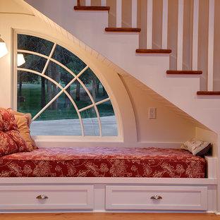 Imagen de escalera recta, tradicional, pequeña, con escalones de madera y contrahuellas de madera pintada