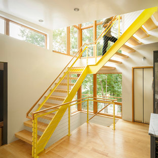 Foto de escalera en L, contemporánea, sin contrahuella, con escalones de madera y barandilla de cable