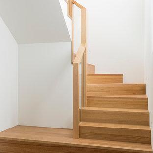 Imagen de escalera en U, minimalista, pequeña, con escalones de madera y contrahuellas de madera