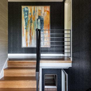 シアトルの木のミッドセンチュリースタイルのおしゃれな階段 (木の蹴込み板、ワイヤーの手すり) の写真