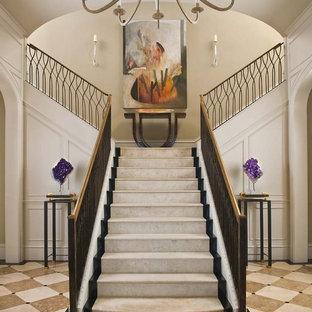 ダラスの巨大なトラディショナルスタイルのおしゃれな階段の写真