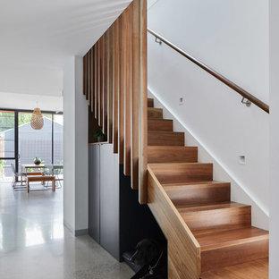 メルボルンの中サイズの木のコンテンポラリースタイルのおしゃれなかね折れ階段 (木の蹴込み板、木材の手すり) の写真