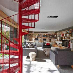 Diseño de escalera de caracol, vintage, pequeña, con escalones de metal y barandilla de metal