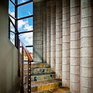 Идея дизайна: лестница в современном стиле с ступенями из сланца, подступенками из сланца и перилами из тросов