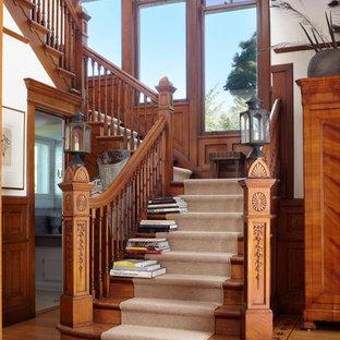 Immagine di una scala classica con pedata in legno e alzata in legno