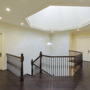 トロントの大きい木のエクレクティックスタイルのおしゃれならせん階段 (木の蹴込み板) の写真