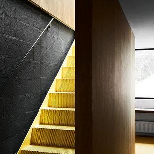 メルボルンの中くらいの金属製のコンテンポラリースタイルのおしゃれなフローティング階段 (金属の蹴込み板) の写真