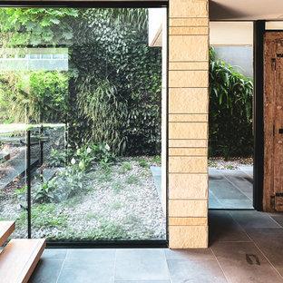 シドニーの大きい木のコンテンポラリースタイルのおしゃれな直階段 (ガラスの蹴込み板、混合材の手すり) の写真