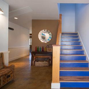 Foto de escalera en U, bohemia, de tamaño medio, con escalones de madera pintada y contrahuellas de madera pintada