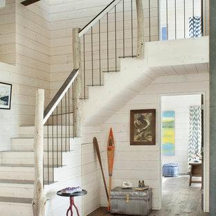 Imagen de escalera costera con contrahuellas de madera y escalones de metal
