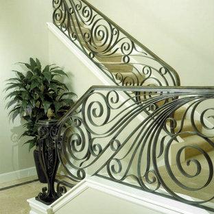 Ejemplo de escalera tradicional, de tamaño medio, con escalones enmoquetados y contrahuellas con baldosas y/o azulejos