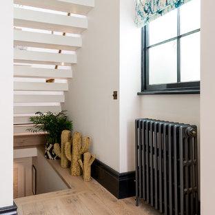 Удачное сочетание для дизайна помещения: прямая лестница среднего размера в стиле фьюжн с металлическими перилами без подступенок - самое интересное для вас