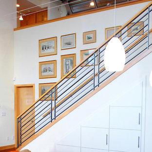 Ejemplo de escalera recta, costera, con barandilla de varios materiales