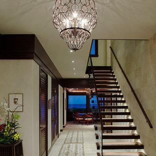 ハワイのトロピカルスタイルのおしゃれな階段の写真