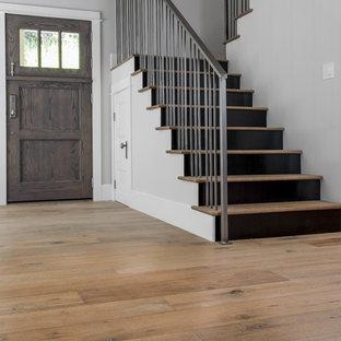 Foto de escalera en L, clásica renovada, de tamaño medio, con escalones de madera y contrahuellas de madera pintada